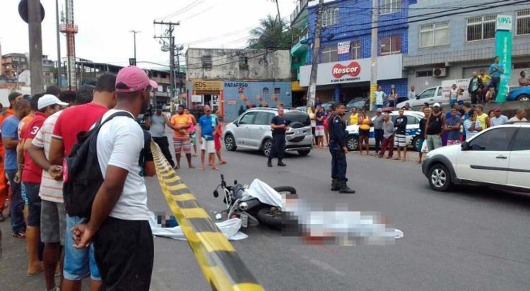 Homens foram baleados em frente à UPA da San Martin - Foto: Joá Souza   Ag. A TARDE