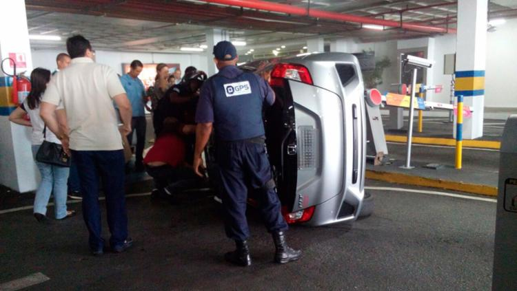 Guincho foi chamado pra remover o veículo - Foto: Cidadão Repórter   Via WhatsApp
