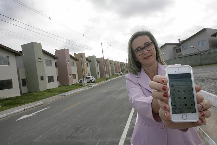 Rose usa app para tratar de assuntos do condomínio - Foto: Mila Cordeiro l Ag. A TARDE