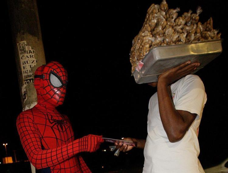 Guarda civil Ubirajara Azevedo faz trabalho voluntário vestido de Homem-Aranha para dialogar com jovens - Foto: Margarida Neide l Ag. A TARDE