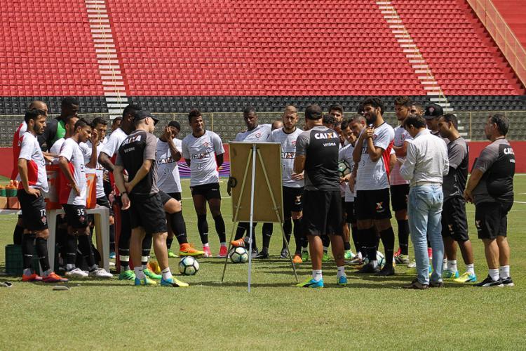 Jogadores ouvem as instruções do técnico interino Flávio Tanajura - Foto: Maurícia da Matta l EC Vitória