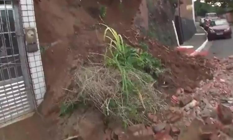 A terra deslizou sobre a pista interditando parte da via - Foto: Reprodução   TV Bahia