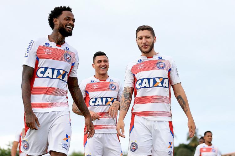 Renê (E) e Zé Rafael (D) serão titulares neste domingo. Vinicius briga por vaga no meio - Foto: Felipe Oliveira l EC Bahia