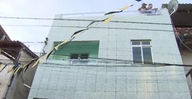 Vítimas tentavam puxar sofá por varando quando houve acidente - Foto: Reprodução | TV Bahia
