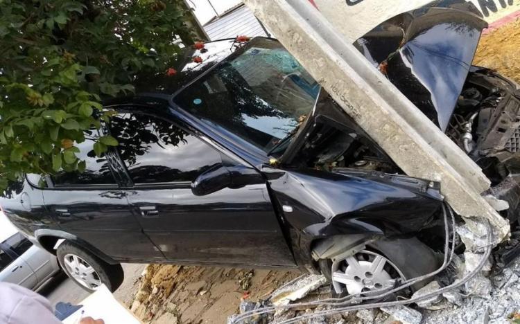 Com a colisão, o capô do veículo ficou totalmente destruído - Foto: Reprodução   Blog do Leo Santos