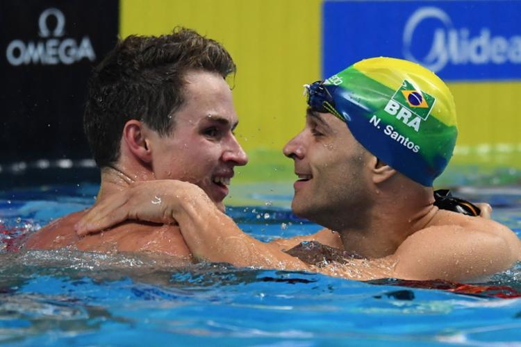 Benjamin, ouro, e Nicholas, prata, celebram o resultado - Foto: Attila Kisbenedek | AFP