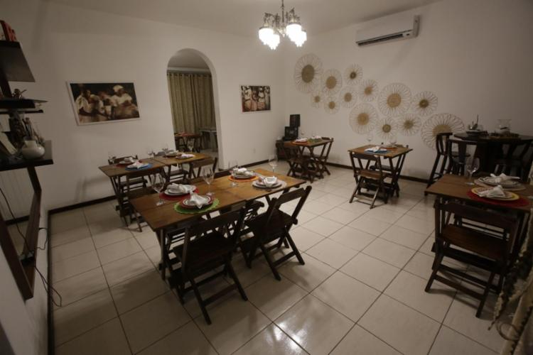 São duas salas com mesas no interior do restaurante - Foto: Adilton Venegeroles / Ag. A Tarde