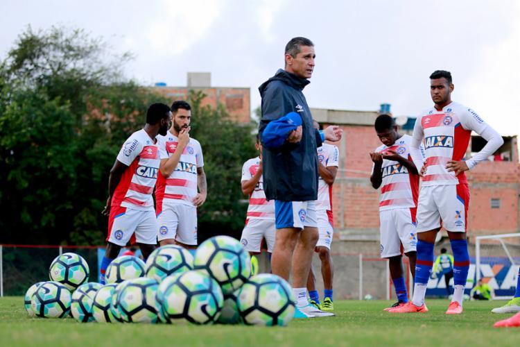 Jorginho conversa com os jogadores durante atividade no Fazendão - Foto: Felipe Oliveira | EC Bahia