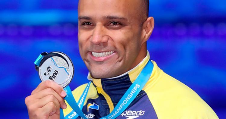João, emocionado, exibe a medalha de prata conquistada no Mundial - Foto: Divulgação l CBDA