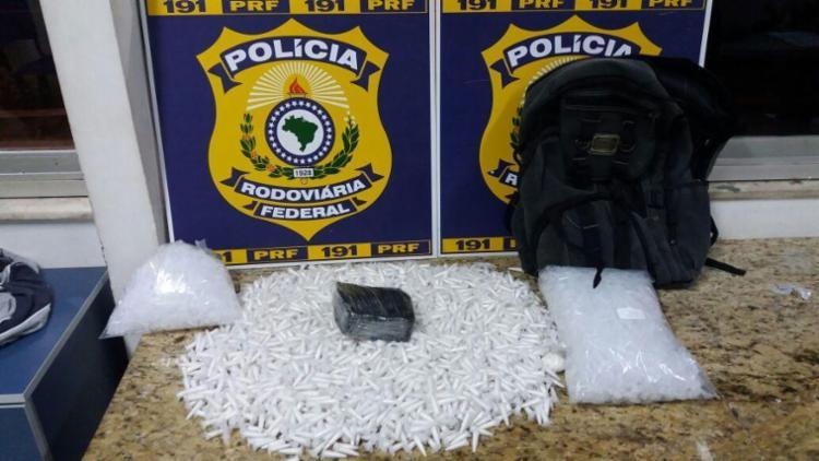 Droga estava escondida em mochila dentro de ônibus - Foto: Divulgação | PRF