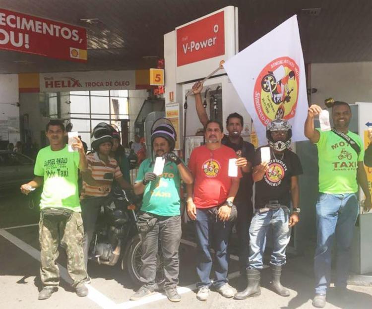 Em protesto, motociclistas pararam em postos e abasteceram R$ 0,50 - Foto: Mari Sonciarê | Ag. A TARDE