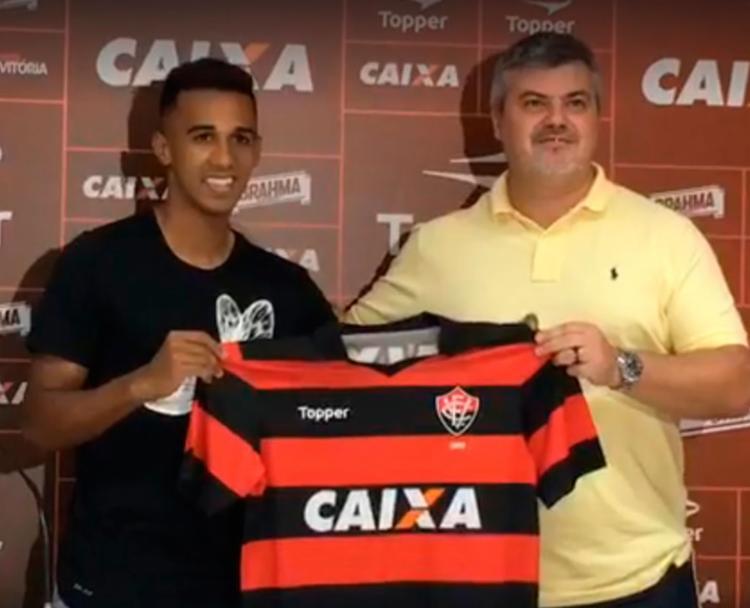 Juninho posa com a camisa Rubro-Negra durante apresentação - Foto: Reprodução