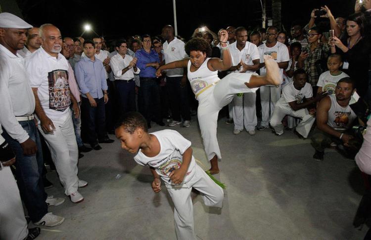 Prefeito assiste à apresentação de capoeiristas em evento - Foto: Margarida Neide l Ag. A TARDE
