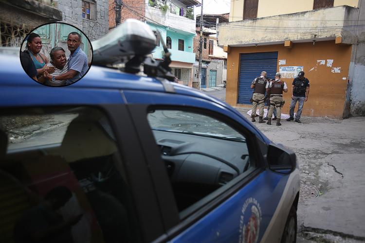 Mãe da vítima (detalhe) entrou em desespero ao se deparar com o corpo do filho - Foto: Joá Souza l A TARDE
