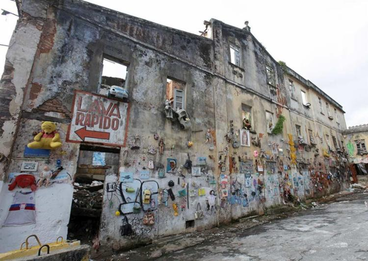 O prédio está situado na rua Professor Viegas, interditada desde o último dia 20 - Foto: Adilton Venegeroles | Ag. A TARDE