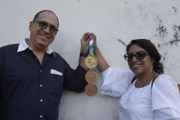 Os pais de Ana Marcela Cunha exibem as medalhas do último mundial - Foto: Margarida Neida   Ag. A Tarde
