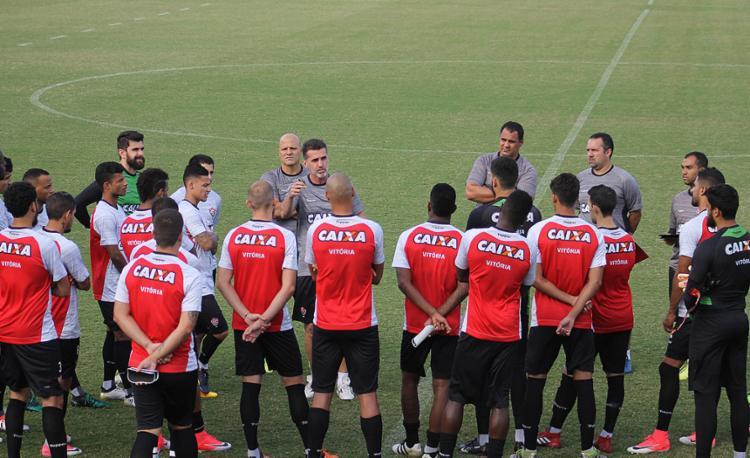 Mancini conversa com os jogadores no campo antes de começar os treinamentos no Barradão - Foto: Maurícia da Matta l EC Vitória
