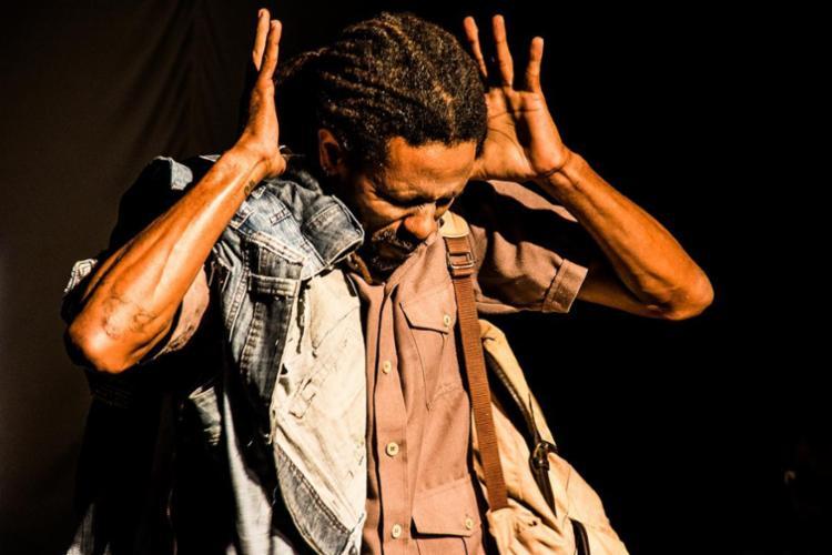 O ator Leno Sacramento no espetáculo En(cruz)ilhada - Foto: Rodrigo Veloso | Divulgação