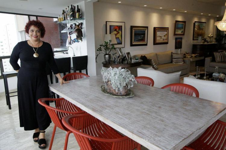 Valentina Rocha mostra mesa que repaginou para uma cliente - Foto: Margarida Neide | Ag. A Tarde