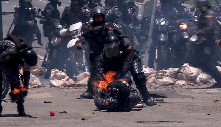 Ao menos três policiais ficaram feridos no leste de Caracas após a explosão de uma motocicleta durante uma manifestação - Foto: Leo Ramirez l AFP