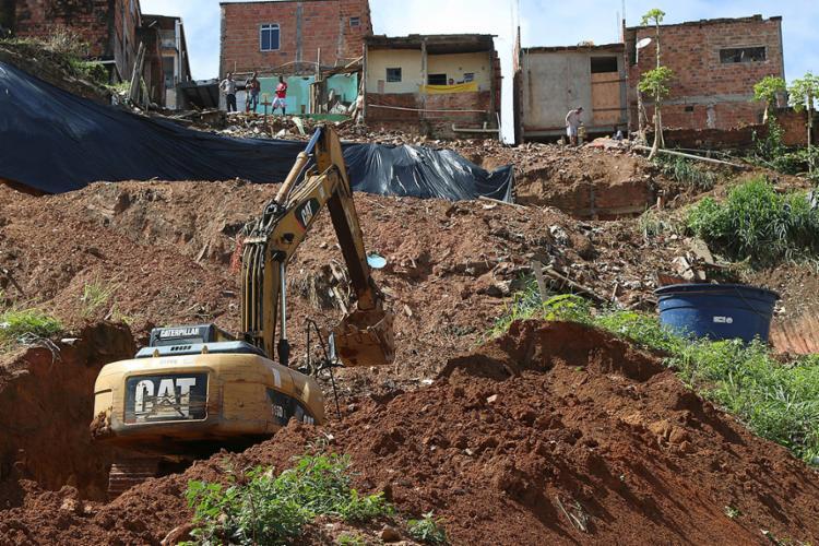 As chuvas das últimas semanas encharcaram a terra, que deslizou. Prefeitura enviou operários e máquinas - Foto: Bruno Concha l Agecom-PMS