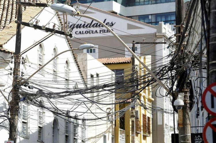 Emaranhado de fios de energia, telefone e internet no início da avenida Cardeal da Silva, no Rio Vermelho - Foto: Adilton Venegeroles | Ag. A TARDE
