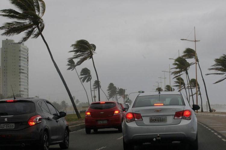 Ventania arrastou sinalizador marítimo e destelhou um imóvel - Foto: Margarida Neide | Ag. A TARDE