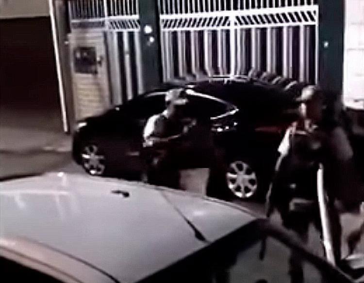Na filmagem, três PMs agridem um homem já rendido - Foto: Reprodução | Youtube