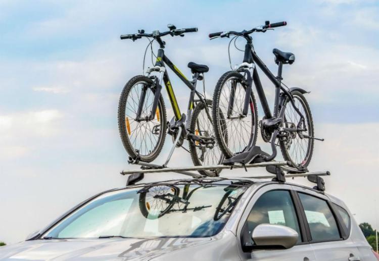 A bicicleta é a unica exceção para ultrapassar os 50 cm de altura máxima permitida no teto do carro - Foto: SeaSucker