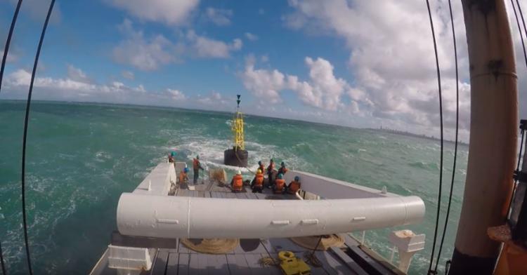 Momento de instalação da nova boia - Foto: Divulgação | Marinha do Brasil