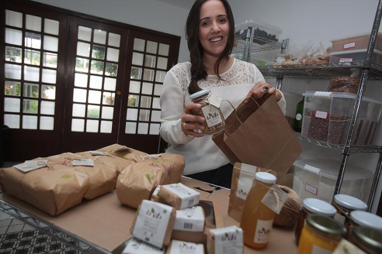 Luísa conta que a Da Vila adotou o papel kraft e potes de vidro para reduzir o impacto das embalagens - Foto: Joá Souza l Ag. A TARDE