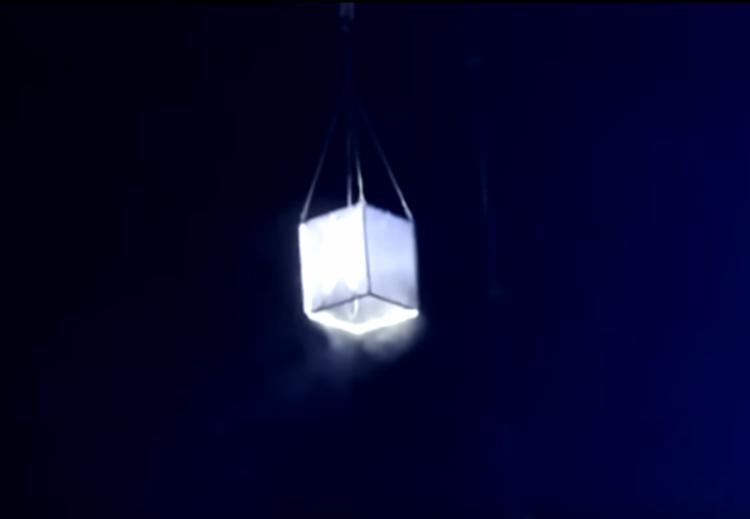 O dançarino estava dentro de um cubo a 28 metros de altura - Foto: Reprodução