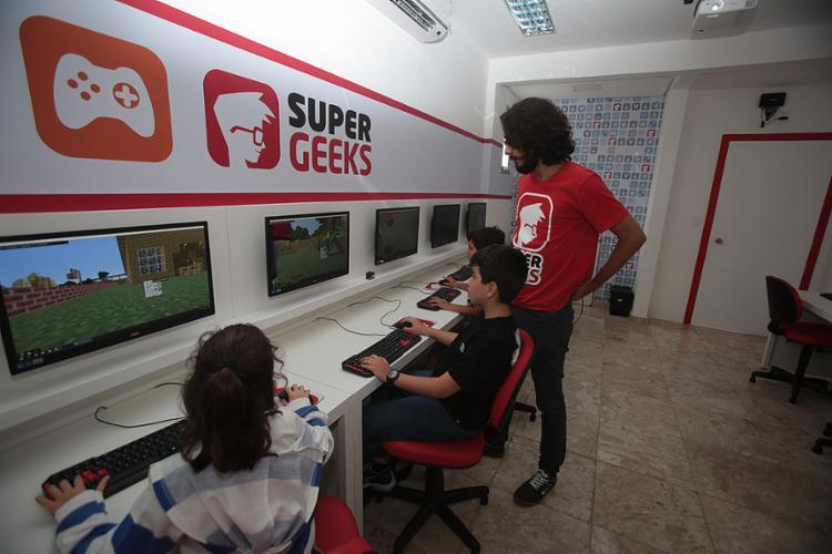 Jovens são estimulados a programar jogos e passam a ocupar posição de autores na Super Geeks - Foto: Joá Souza l Ag. A TARDE