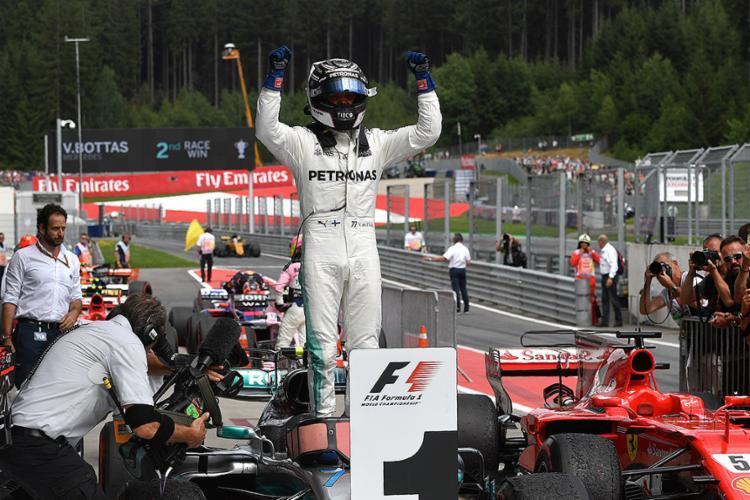 Polito finlandês comemora após vencer a prova no circuito de Spielberg - Foto: Andrej Isakovic l AFP