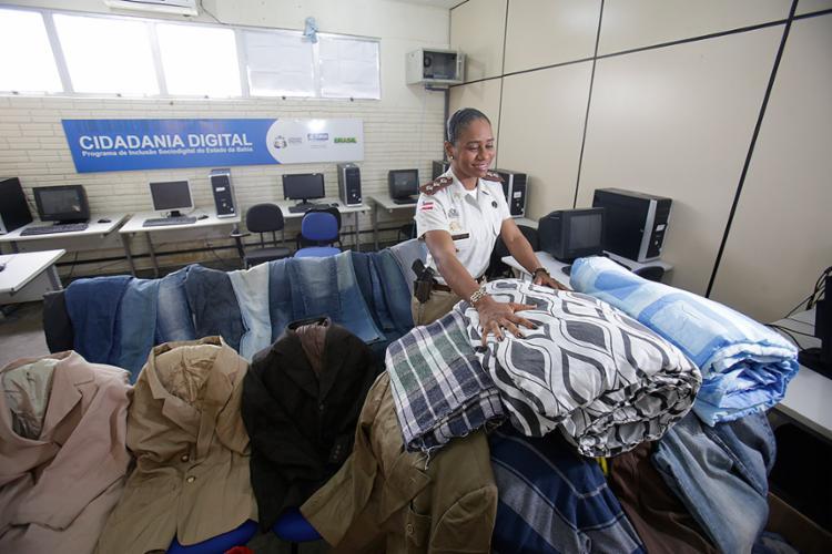 Capitã Eva Cachoeira organiza material recebido na Campanha do Agasalho da PMBA - Foto: Raul Spinassé l Ag. A TARDE