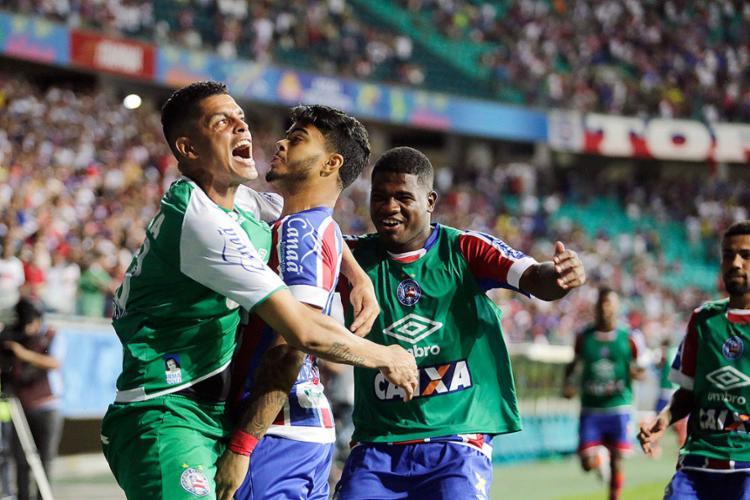 Jogadores comemoram com João Paulo após gol de empate - Foto: Raul Spinassé | Ag. A TARDE