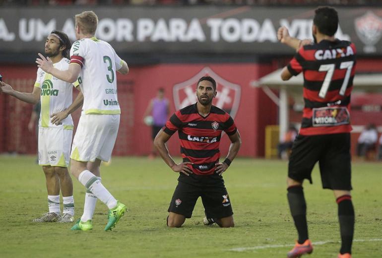 Vitória tropeça em casa diante da Chape e soma quatro partidas sem vencer