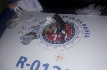 Arma e drogas foram apreendidas durante ação da polícia - Foto: Divulgação | SSP