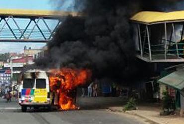 Van pega fogo após pane elétrica em São Cristóvão