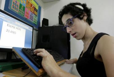 Jovem com paralisia cerebral escreve livro e busca ajuda para publicar