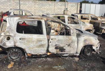 Carros são incendiados e polícia vê se há relação com apreensão de 67 motos