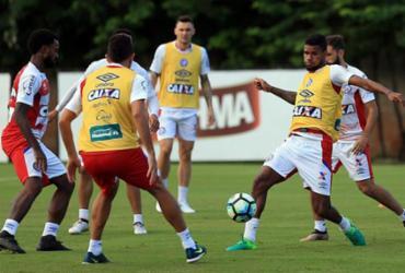 Matheus Reis treina como titular; Armero faz exame