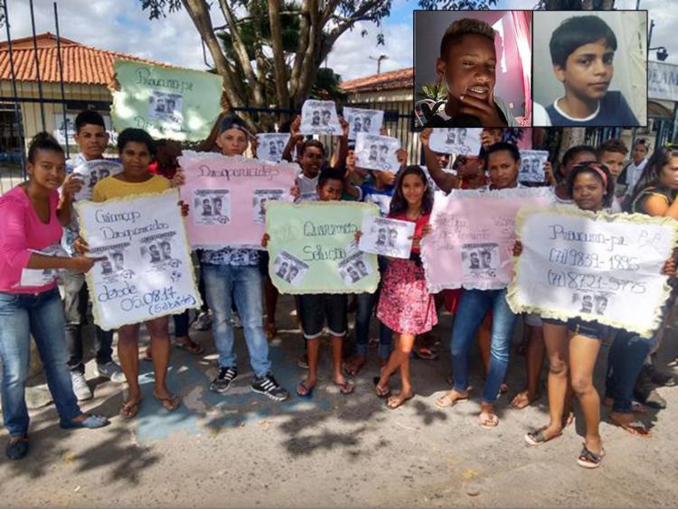 Amigos e familiares dos meninos protestaram em frente à delegacia - Foto: Raul Aguilar l Ag. A TARDE