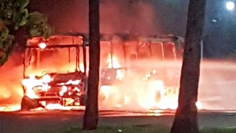 Polícia investiga ataque a ônibus no Stiep - Foto: Foto do leitor | Via WhatsApp