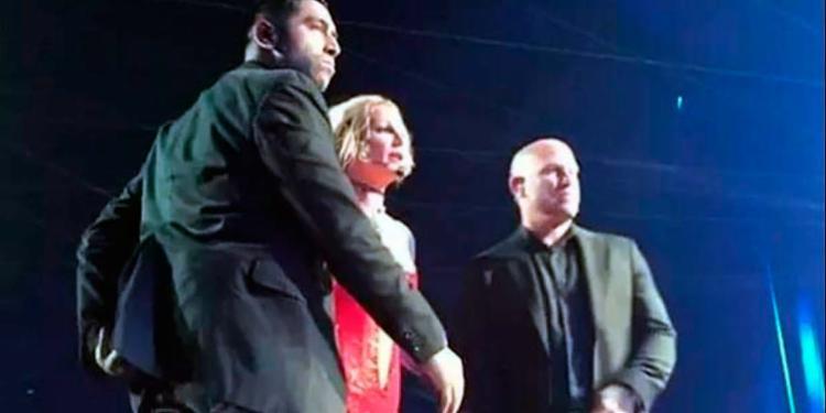 A artista parou o show e foi cercada por seguranças durante a confusão - Foto: Reprodução