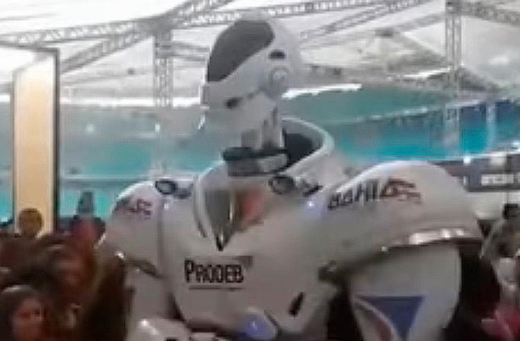 Ao som de Anitta, o robô fez a alegria do público - Foto: Reprodução | Youtube