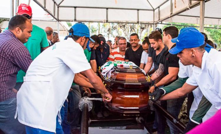 Sob forte comoção, familiares e amigos se despediram do vereador - Foto: Ed Santos   Acorda Cidade