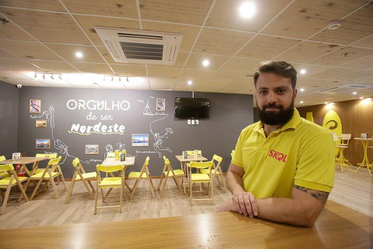 Felipe Bratfisch entrou na gigante Ambev como trainee e hoje é gerente de marketing da região Norte-Nordeste da cervejaria - Foto: Mila Cordeiro l Ag. A TARDE