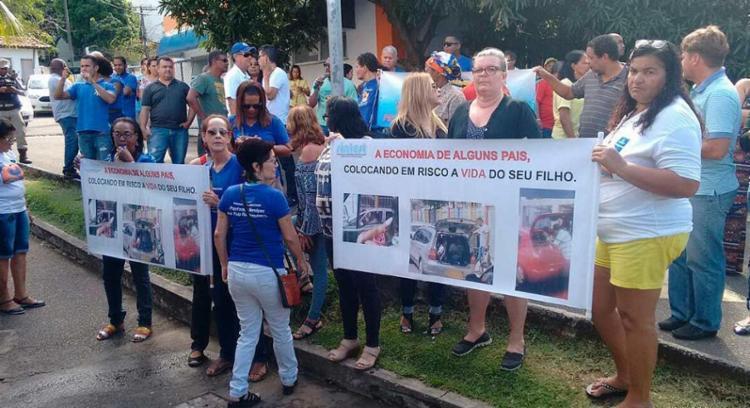 A manifestação aconteceu no primeiro dia de fiscalização de transporte escolar - Foto: Luciano da Matta | Ag. A TARDE