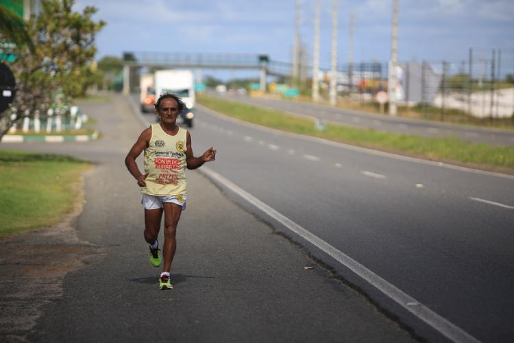 Moura 'Papa-léguas' em treino na BR-324 - Foto: Joá Souza l Ag. A TARDE